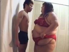 Japanese BBW Crushes skinny man