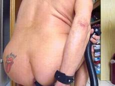 er schiebt sich einen 100 cm monster dildo ganz in der Arsch!!!